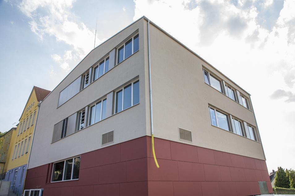 Der Anbau entstand auf der Fläche der historischen Birkigter Schule. Das Untergeschoss mit der Turn- und Mehrzweckhalle reicht in den Hang hinein.
