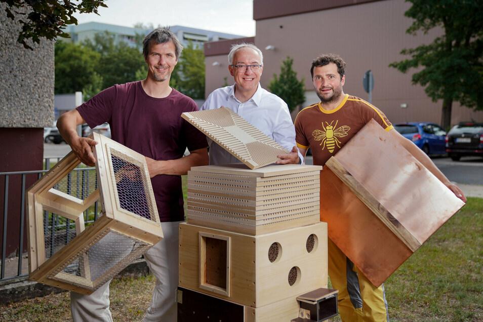André Spindler (links), Dieter Schimanski von der Bee-Rent GmbH und der Bannewitzer Sebastian Habel (rechts) beim Aufbau eines Wildbienen-Hotels.