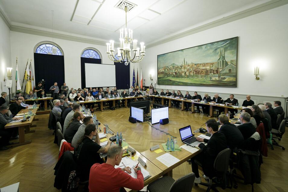 Hier tagte der Stadtrat noch ganz normal im Rathaus. Diesmal findet die Sitzung in der neuen Sporthalle statt.