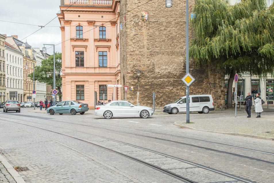 Häufig Auto an Auto und kaum ein Rüberkommen für Fußgänger - so ist die Situation zwischen Kaisertrutz und Reichenbacher Turm.