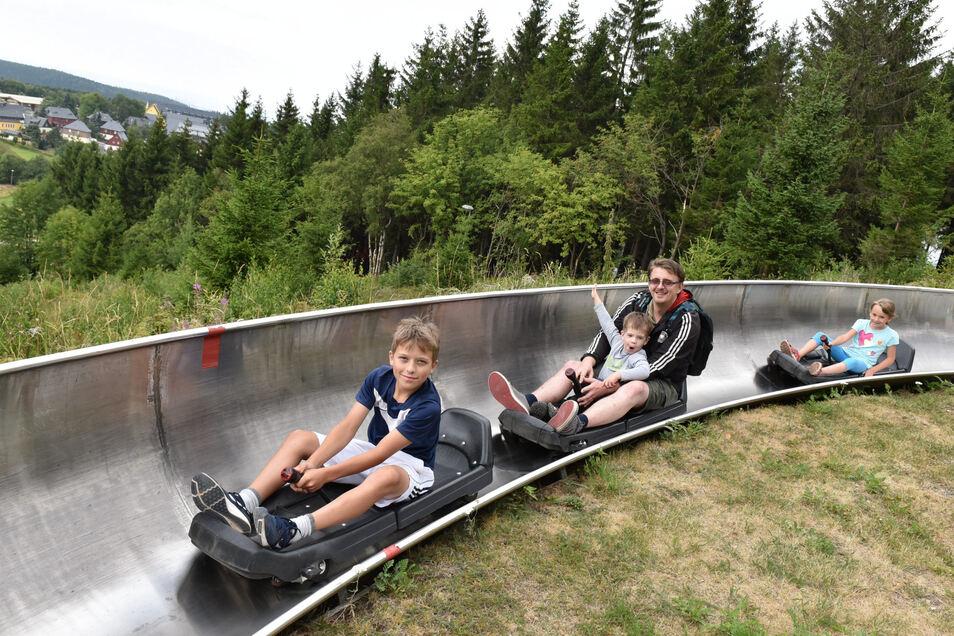 Eigentlich schon in Winterruhe, nun wieder aktiviert: die Sommerrodelbahn in Altenberg.