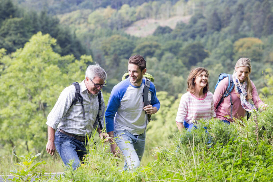 Zum Schutz vor Zeckenstichen sollte man in der Natur helle Kleidung tragen.