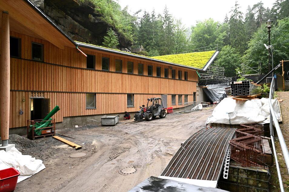Die Fassade des neuen Funktionsgebäudes auf der Felsenbühne Rathen ist mit Lärchenholz aus dem Tharandter Wald verkleidet.