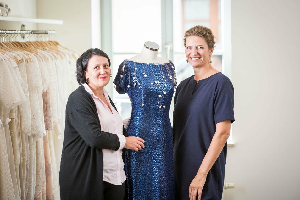 Die Modedesignerin Dorothea Michalk (r.) und die Goldschmiedin Barbara Oehlke sind mit ihren Kreationen Teil der 1920er-Jahre-Mode-Ausstellung im Barockviertel.