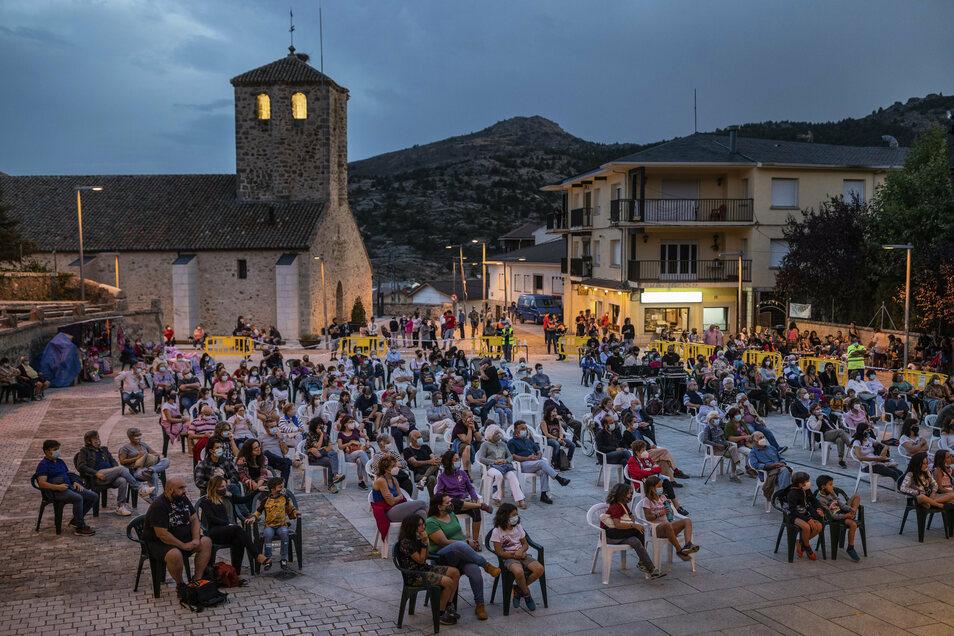 Spanien, Bustarviejo: Zuschauer besuchen eine Veranstaltung und sitzen in Sicherheitsabstand zueinander. Das Nachtleben ist in ganz Spanien stark eingeschränkt. Überall gilt Maskenpflicht - auch im Freien.