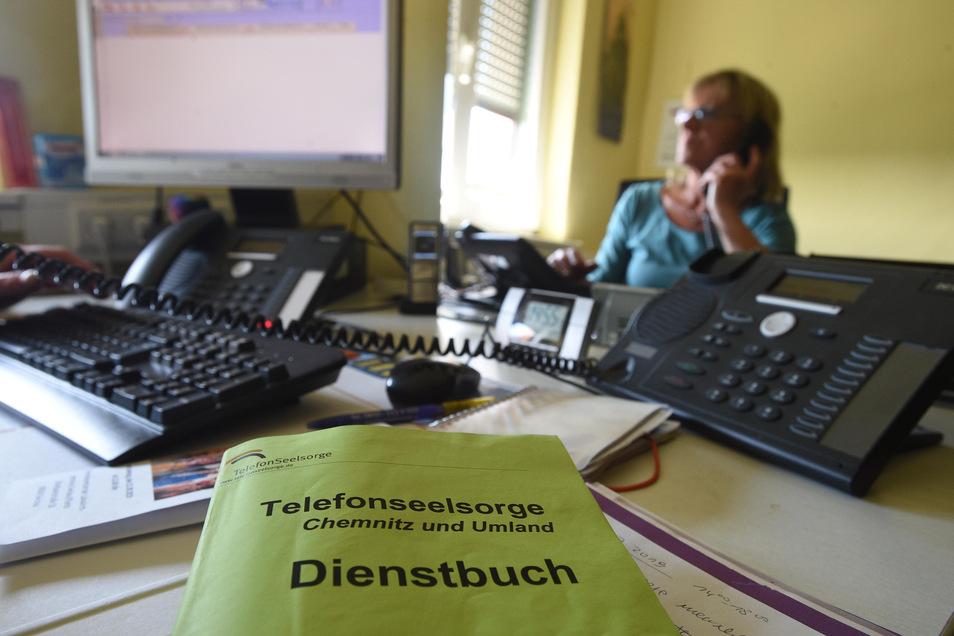 An manchen Tagen steht das Telefon bei der Stadtmission Chemnitz nicht still. Ehrenamtliche Seelsorger sprechen mit den Menschen in Not.