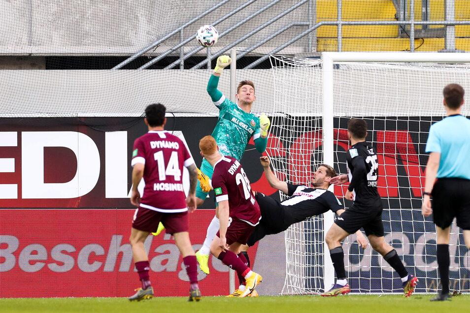 Turbulente Szenen im Dynamo-Strafraum. Hier ist Torhüter Kevin Broll vor dem Ex-Dresdner Justin Eilers am Ball, der einen Fallrückzieher versucht.
