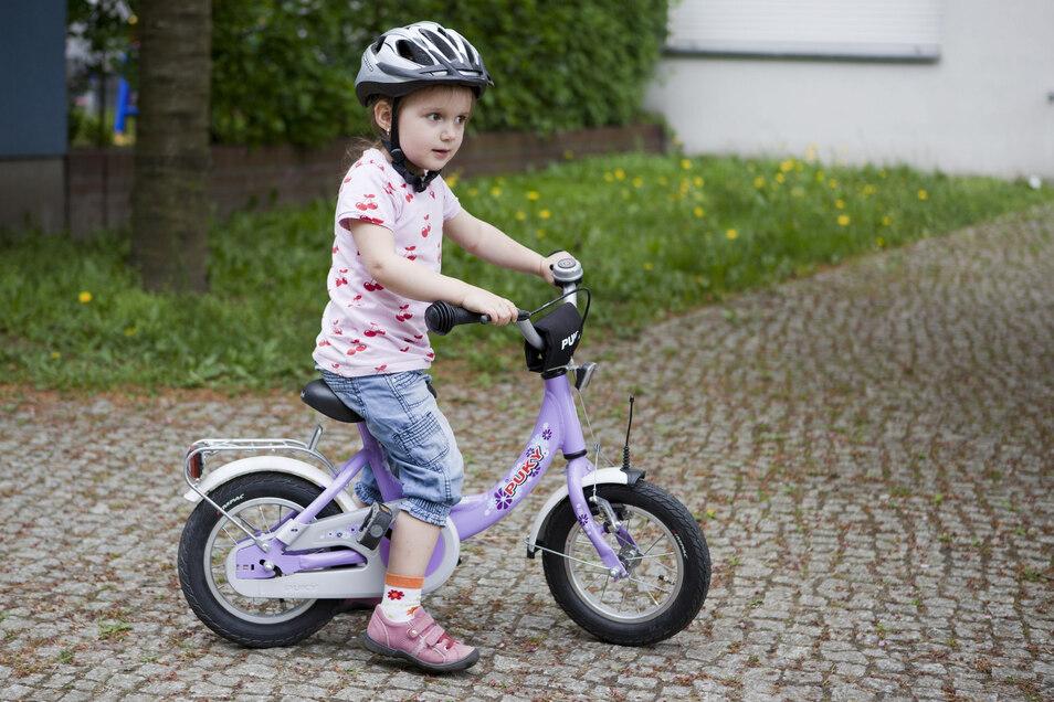 Zweirad-Nachwuchs: Die Fahrradgröße muss zu den kleinen Radlern passen, damit die ersten Fahrversuche sicher klappen.