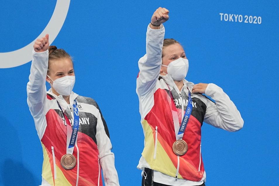 Deutschlands Bronzemedaillengewinnerinnen Tina Punzel (rechts) und Lena Hentschel jubeln bei der Siegerehrung.