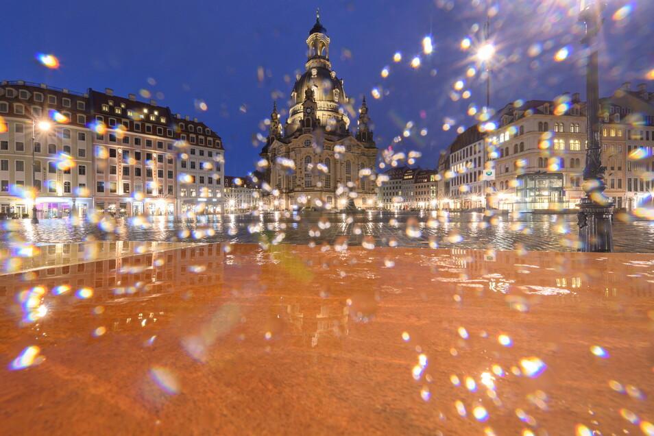 Menschenleer ist der Neumarkt vor der Frauenkirche bei Regenwetter