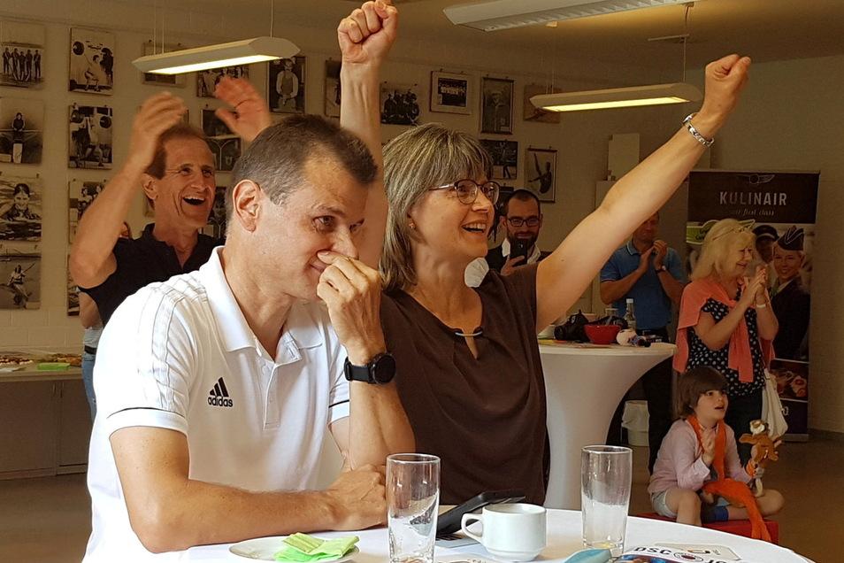 Rainer Punzel ist äußerlich gefasst, seine Frau Jacqueline jubelt schon über die Bronzemedaille der Tochter.