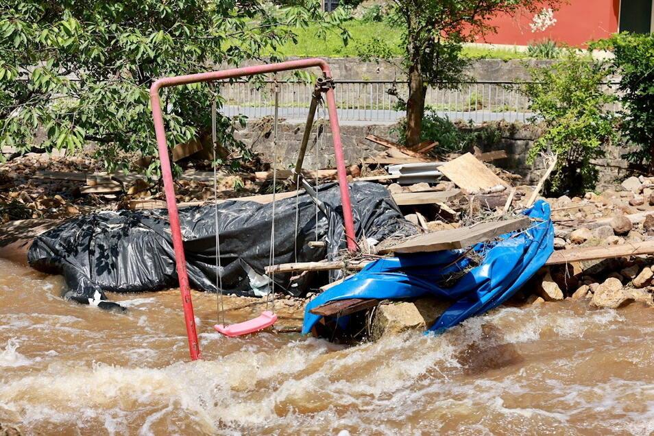 Wird hier je wieder geschaukelt? Der Hof der Krippener Schinkemühle steht auch am Sonntagnachmittag noch unter Wasser.