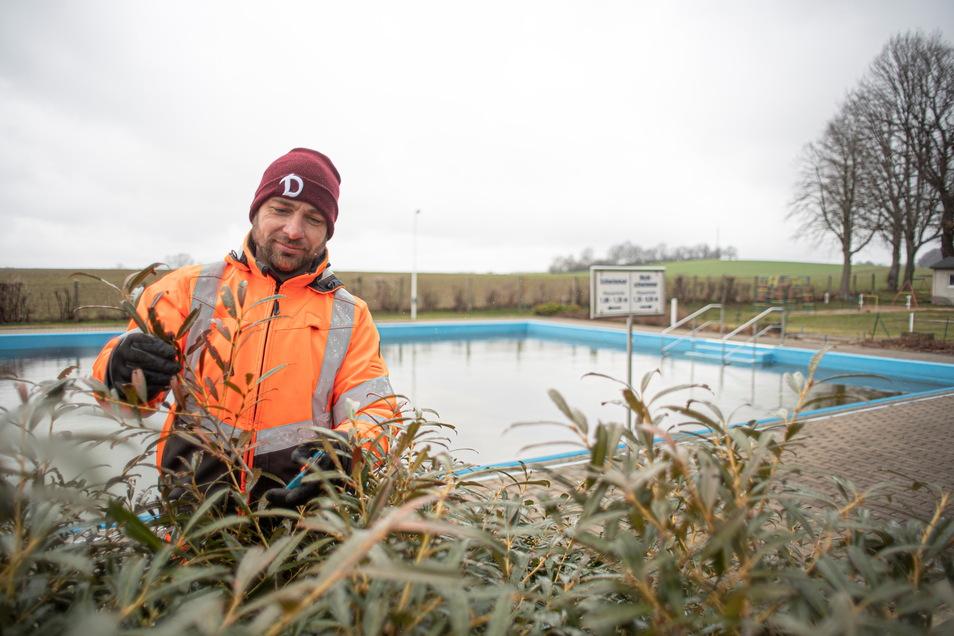 Die ersten Arbeiten für die neue Saison im Freibad Großnaundorf haben begonnen. Bauhofmitarbeiter Marco Zickler verschneidet Bäume und Hecken.