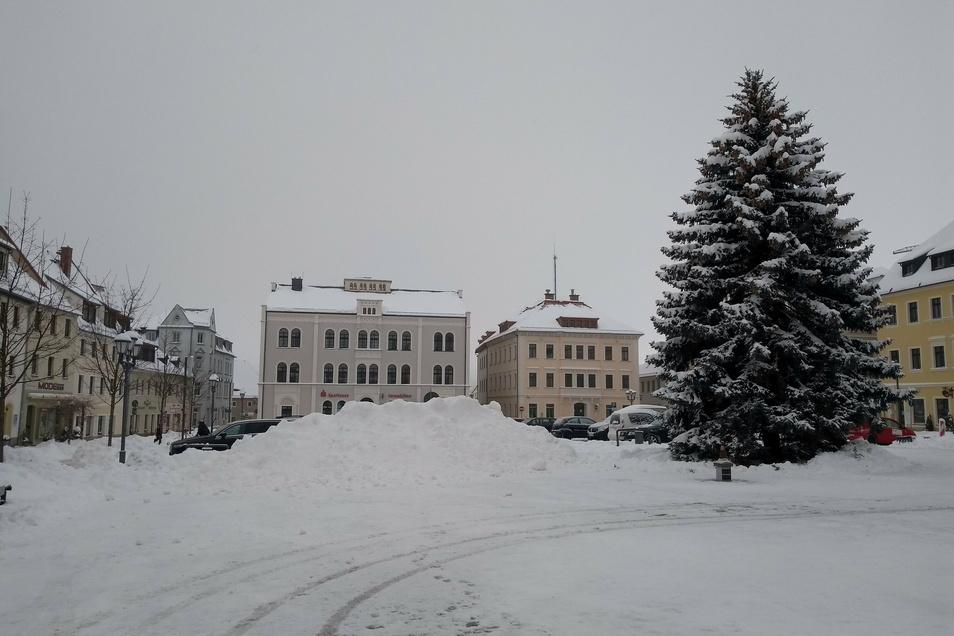 Straßen und Parkplätze sind frei. Doch an einigen Stellen türmen sich Schneeberge.