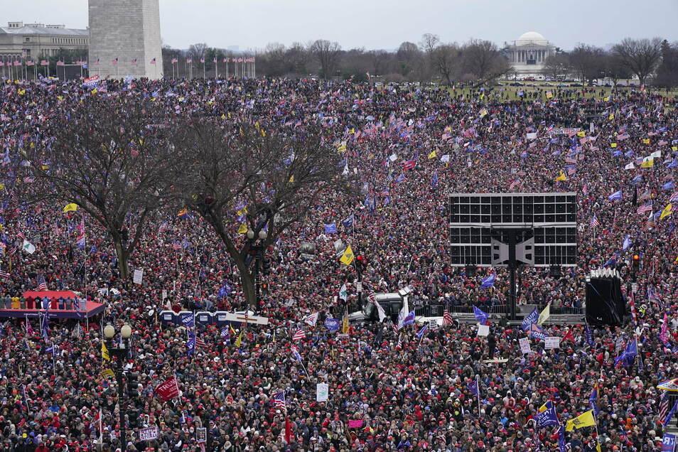USA, Washington: Menschen nehmen an einer Kundgebung zur Unterstützung des US-Präsidenten Trump teil. Vor der Bestätigung der Ergebnisse der US-Präsidentenwahl hatte Trump erneut seine haltlosen Behauptungen über Betrug bei der Abstimmung bekräftigt.