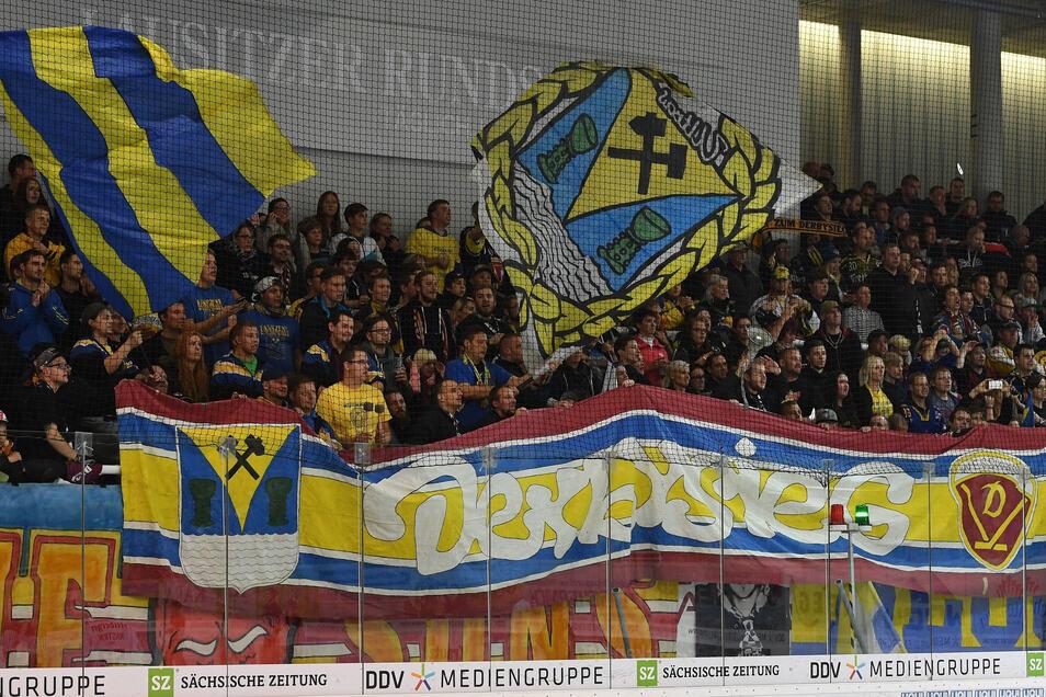 Davon können die Eishockeyfans der Lausitzer Füchse derzeit nur träumen: Gemeinsamer Jubel über einen Derbysieg auf der Stadiontribüne.
