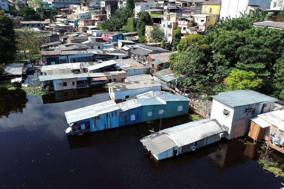 Blick auf Häuser, die vom Wasser des Flusses Negro überflutet sind.
