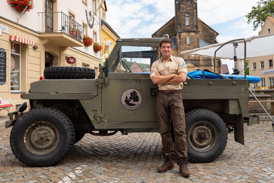 Philipp Danne vor seinem Ranger-Filmfahrzeug bei den Dreharbeiten in Stadt Wehlen 2019.