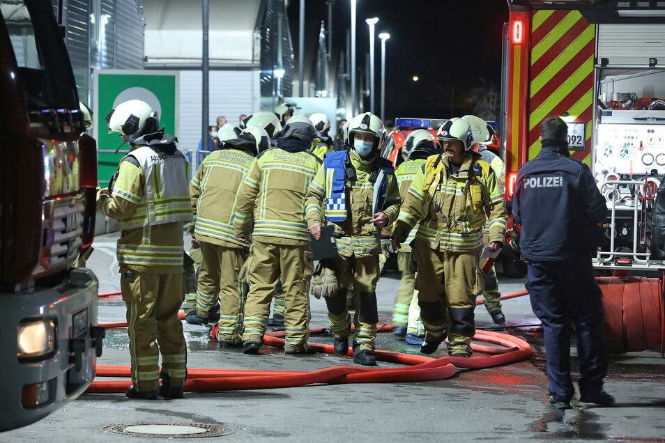Während des Feuerwehreinsatzes am Samstagabend musste die Bremer Straße gesperrt werden.