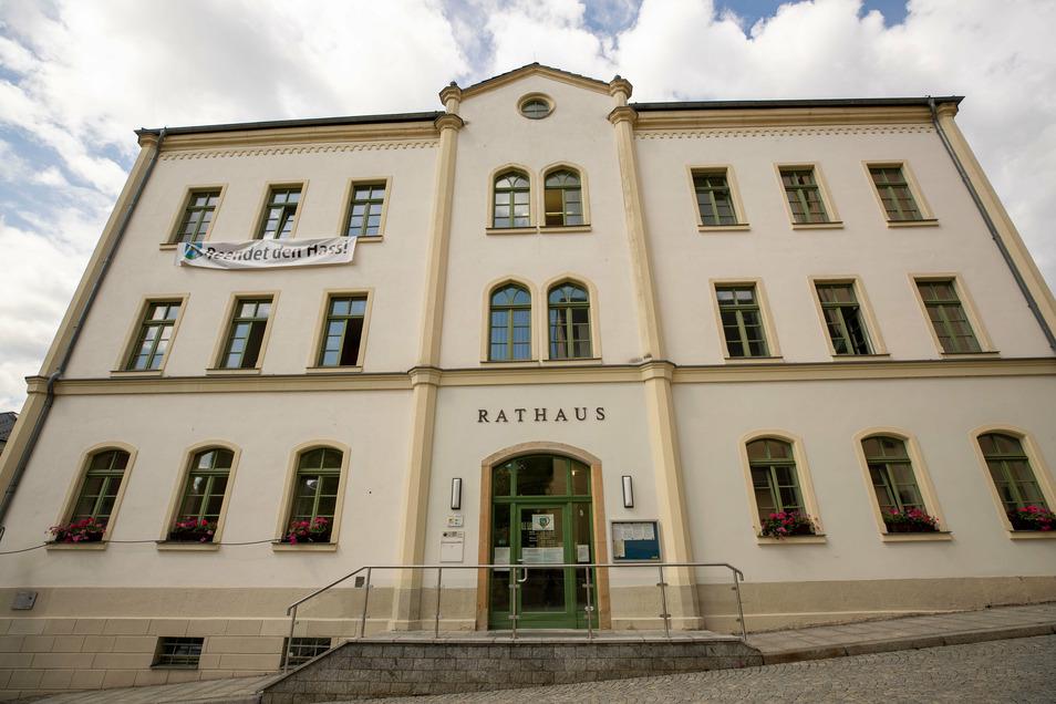 Rathaus der Stadt Sebnitz: Der Besucherverkehr wird erneut eingeschränkt.