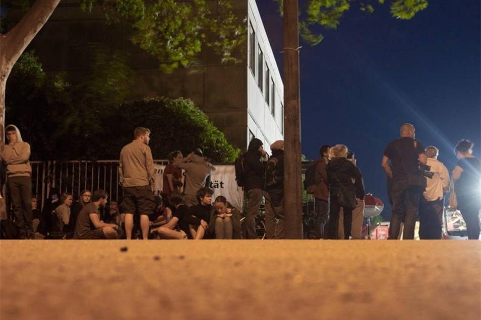 Linke Demonstranten vor der Notunterkunft.