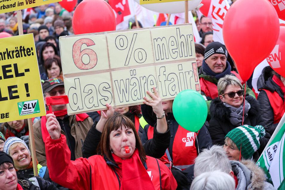 Lehrer demonstrieren am Dienstag in Leipzig.
