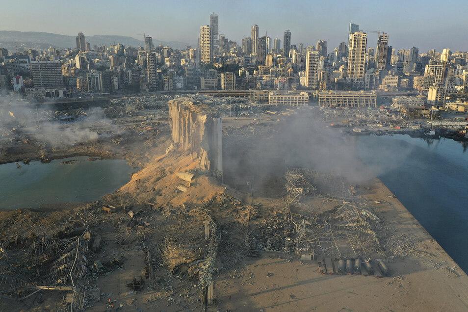 Am Tag danach: Ein Blick über den Schauplatz der Explosion im Hafen von Beirut. Umliegende Gebäude sind komplett zerstört, noch viele Kilometer entfernt barsten Fenster in Wohnhäusern.