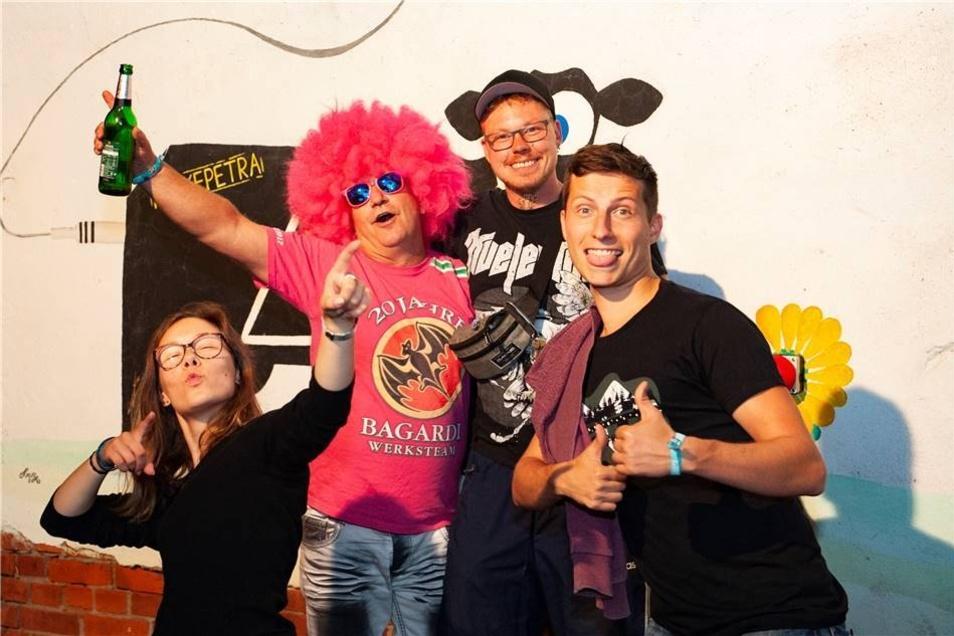 Von links : Luisa, Frank, Ole und Stephan aus Dresden und Zabeltitz sind treue Besucher des Festivals.