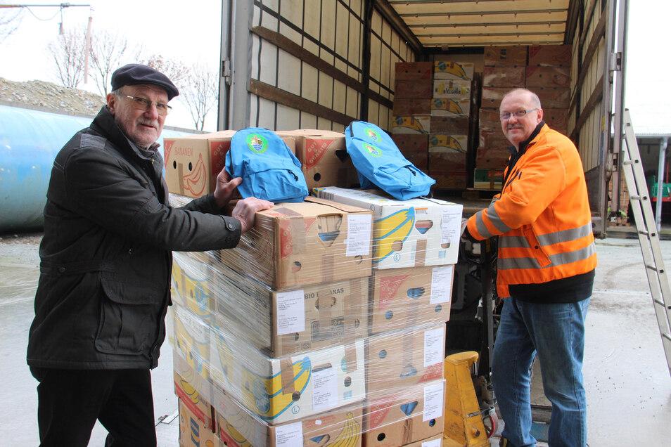Der frühere Superintendent Reinhard Pappai (l.) und Spediteur Steffen Pietzsch verluden am Freitag die gespendeten 4.400 Rucksäcke für Tansania.