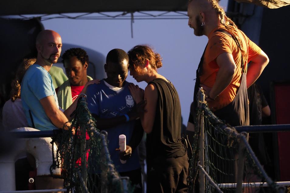 """Carola Rackete (2. r) beim Verlassen des Rettungsschiffs """"Sea Watch 3"""" im Hafen der Insel Lampedusa."""