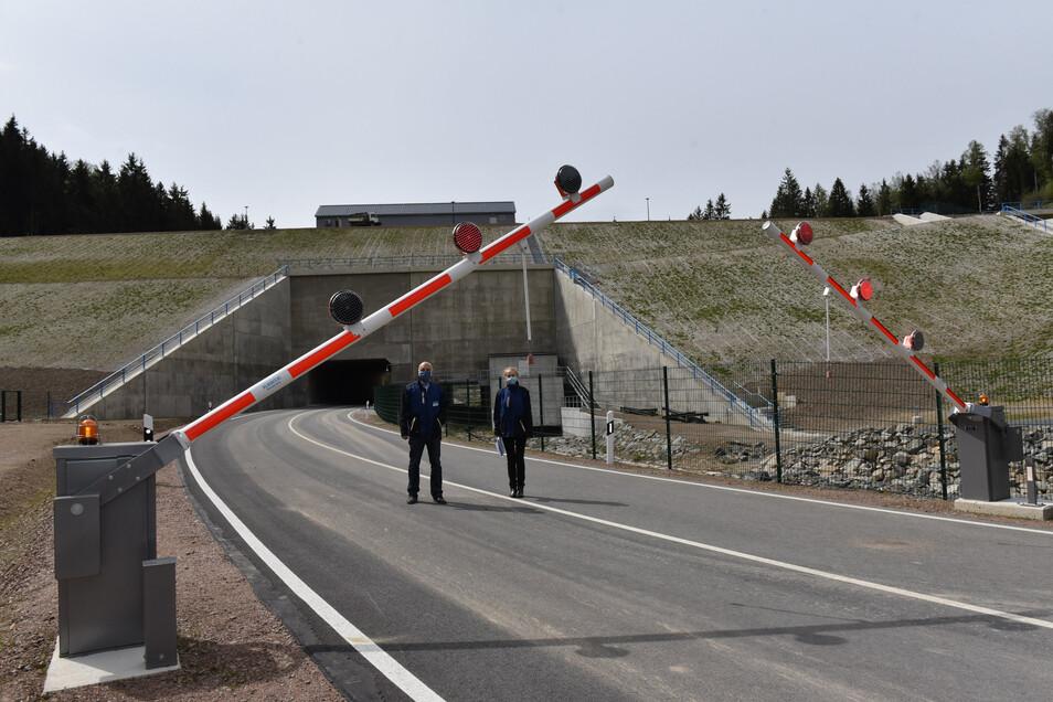LTV-Chef Heinz Gräfe und Betriebsleiterin Birgit Lange geben nach neun Jahren Bauzeit für den Damm im Pöbeltal das Signal: Schranke hoch!