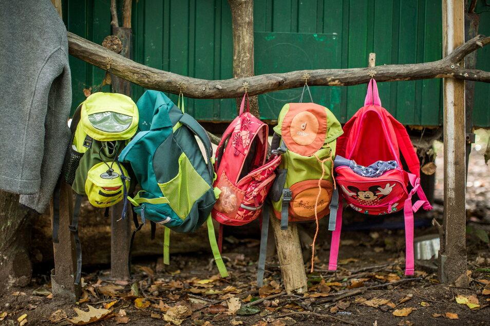 An der Waldgarderobe findet jeder Rucksack seinen Platz.