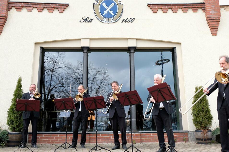 Dem Quintett ist in den letzten Monaten nicht langweilig geworden, stattdessen hat es über 60 Konzerte in Altenheimen und Krankenhäusern gespielt: Aktuell sind die Bläser für Tonaufnahmen im Studio.