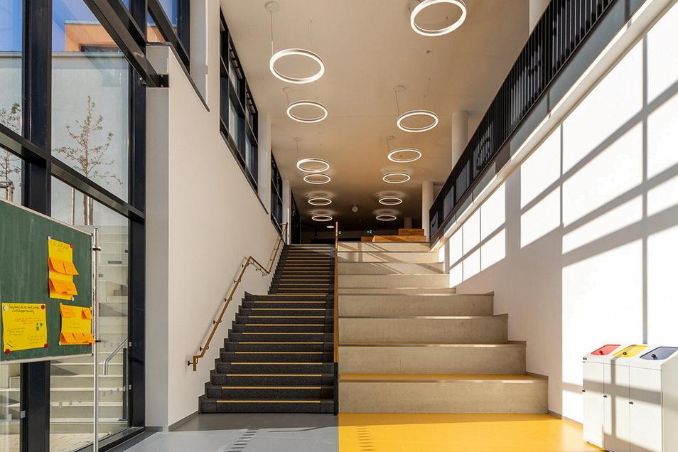 Ein Blick in das neue Wilsdruffer Gymnasium. Diese Treppe führt zum Eingangsbereich.