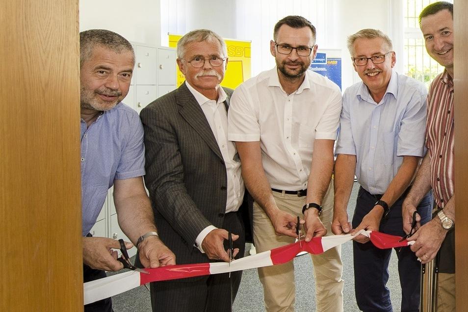 Einweihung der Wache: Landrat Geisler,  Matthias Czech und Alexander Penther vom ASB Neustadt, Bürgermeister Mildner und Landtagsabgeordneter Michel.