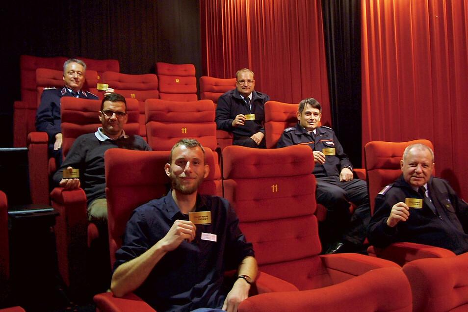 Vorfreude auf großes Kino mit dem Partner Ticket, das alle in den Händen halten und von dem der Theaterleiter des Hoyerswerdaer CineMotion-Kinos, Toni Züchner, (vorn links) 1.000 Stück den Feuerwehren des Bereiches Hoyerswerda übergab.