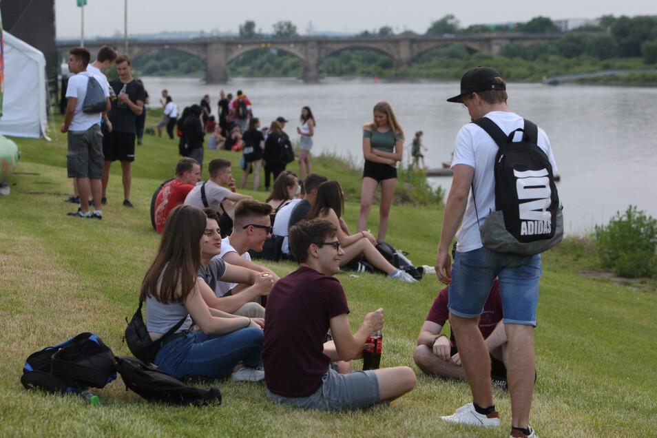 Junge Leute tummeln sich am Elbufer auf der Sport- und Erlebnismeile an der Elbe