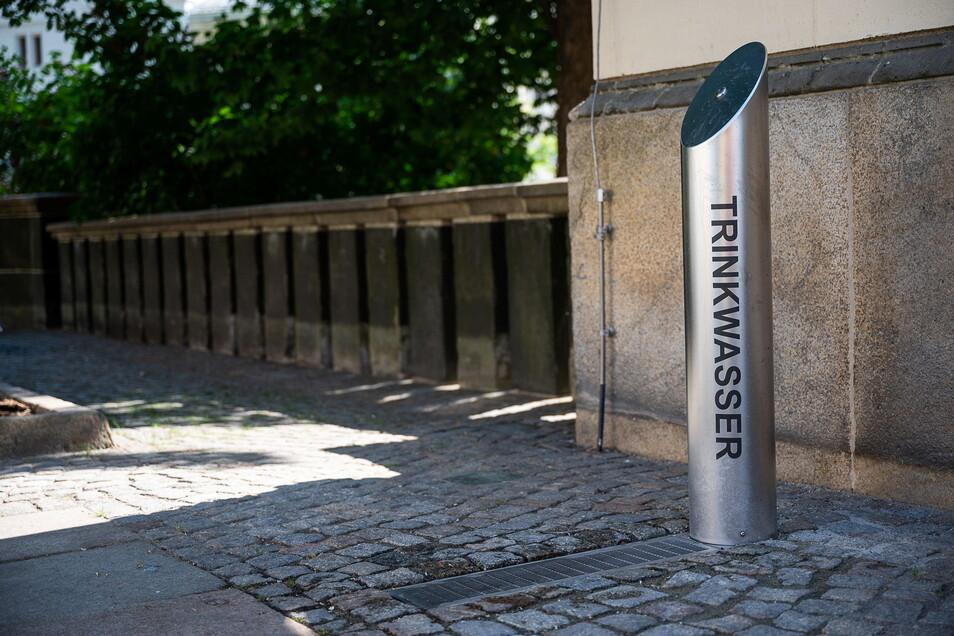 Kurzer Zwischenstopp bei der Hitze: Am Trinkwasserbrunnen neben dem Kaisertrutz kann man sich jetzt erfrischen.