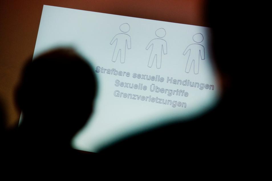"""Erst Anfang 2020 setzte die Deutsche Bischofskonferenz die """"Ordnung für den Umgang mit sexuellem Missbrauch Minderjähriger und schutz- oder hilfebedürftiger Erwachsener"""" in Kraft."""