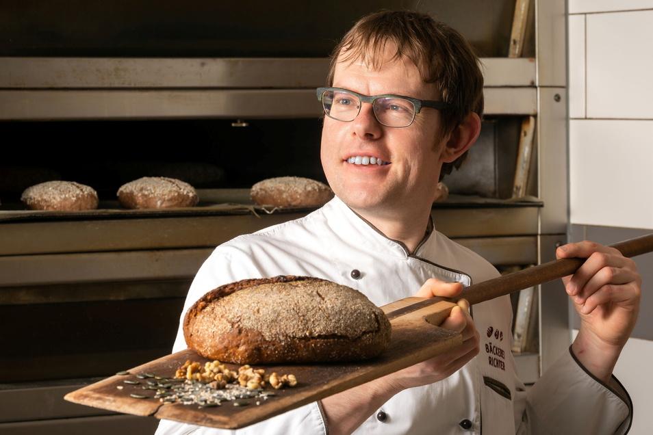 Von Bäckermeister Stefan Richter aus Kubschütz kommt das Rezept des Mättig-Brotes. Das soll es nun mit einer neuen Banderole wieder im Brot-Regal geben.