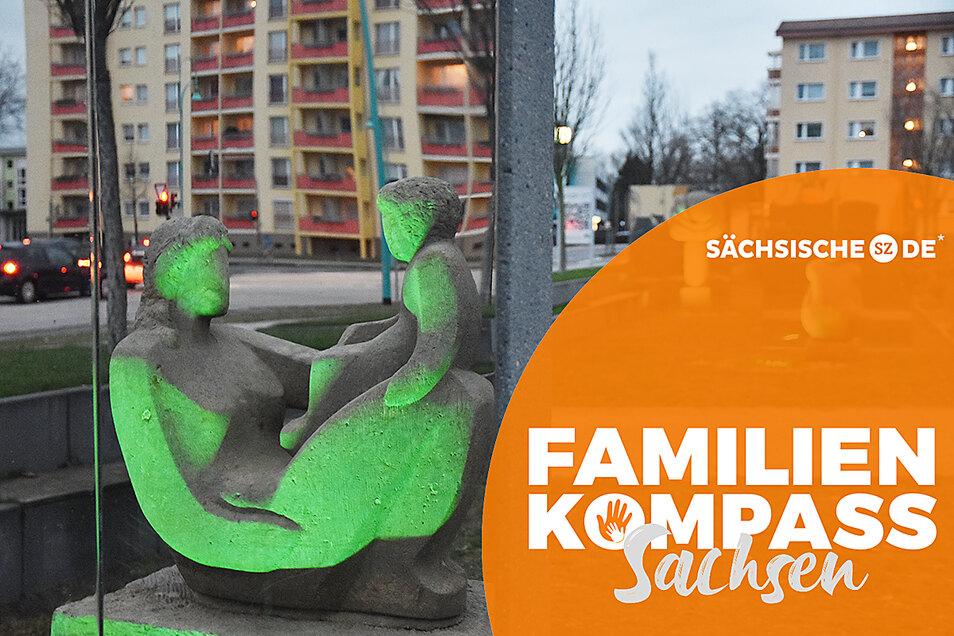 """Die Plastik """"Mutter mit Kind"""" von Alexander Ilecko steht im Skulpturenpark der Wohnungsgesellschaft in der Bautzener Allee/Einsteinstraße. Für Familien machen die Vermieter tatsächlich vieles möglich."""