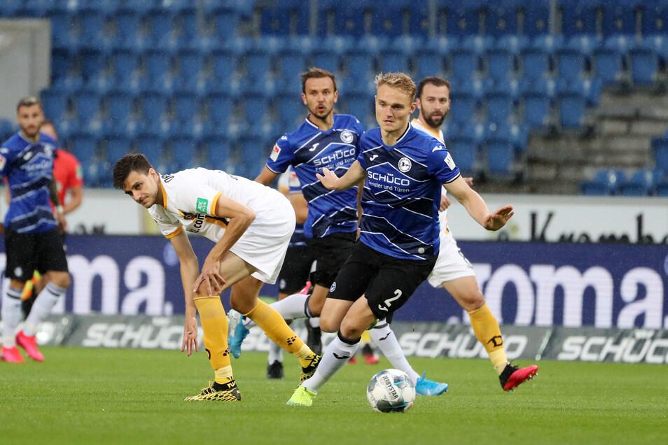 Dynamo mit Angreifer Alexander Jeremejeff (l.) im Zweikampf mit Bielefelds Amos Pieper findet offensiv bisher kaum statt.