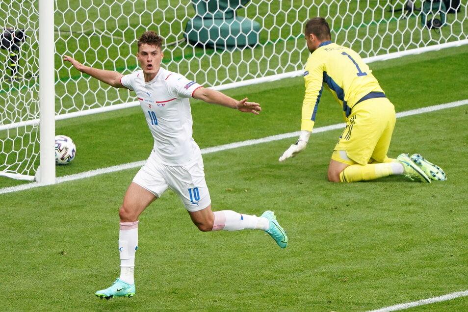 Tschechiens Patrik Schick (l.) erzielte beim 2:0-Sieg seiner Mannschaft gegen Schottland beide Treffer. Sein zweites Tor war das bisher schönste im Turnier.