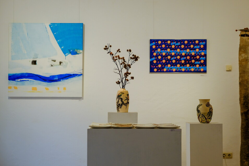 Neben Malerei gibt es auch Keramiken und Skulpturen zu sehen.