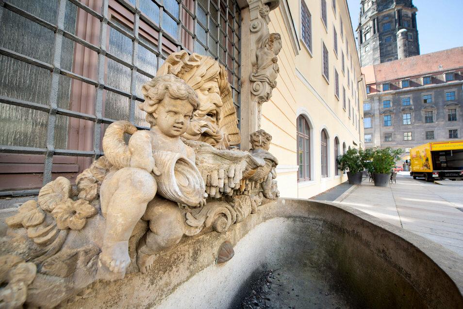 Der kunstvoll gestaltete Sandstein-Brunnen aus dem Haus des Goldschmieds Johann Melchior Dinglinger steht heute an der Gewandhausstraße.