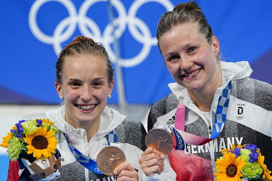 Strahlen um die Wette: Tina Punzel (r.) und Lena Hentschel präsentieren nach der Siegerehrung ihre Bronzemedaillen.