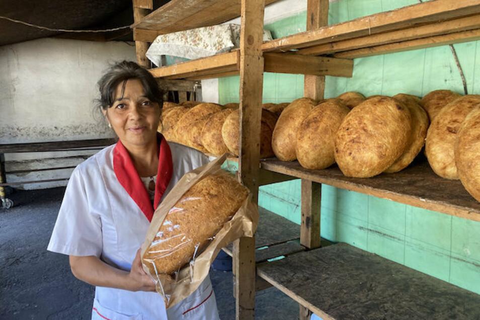 Dominica Vasilache profitiert in der Dorfbäckerei vom Tourismus-Boom.