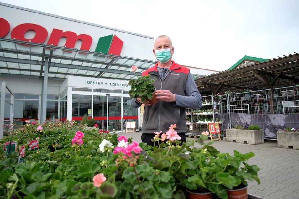 Torsten Melzer, Inhaber des Toom-Baumarktes in Meißen, darf das Gartencenter wieder öffnen. In den Baumarkt dürfen nur Gewerbetreibende.
