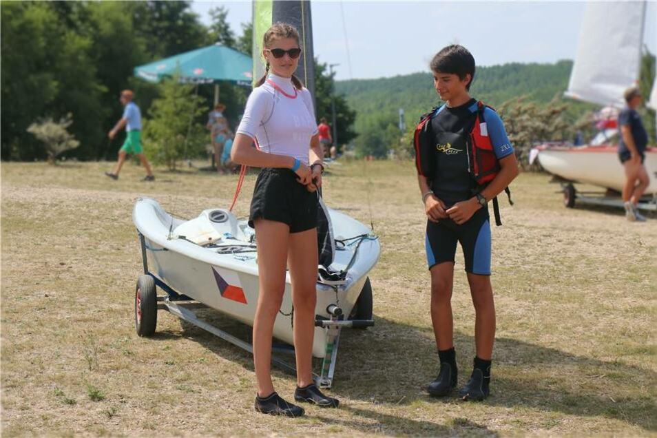 Das Teilnehmerfeld am Lagunenfest präsentierte sich auch international: Hier bringen Paulina und Petr vom Club Delphin aus Jablonec ihr Boot zu Wasser ...