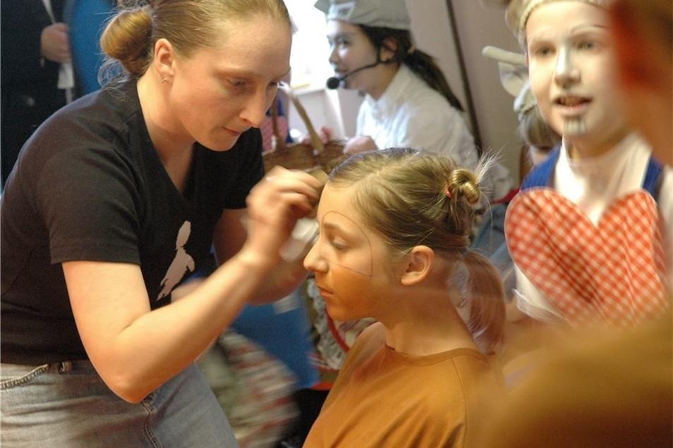 Claudia Stange (l.) beim Schminken von Musikschülern 2007.